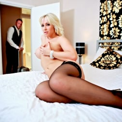 Karlie Simon in 'Daring Sex' Hotel Voyeur (Thumbnail 2)