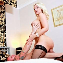 Karlie Simon in 'Daring Sex' Hotel Voyeur (Thumbnail 8)