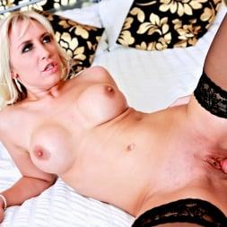 Karlie Simon in 'Daring Sex' Hotel Voyeur (Thumbnail 9)
