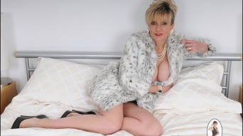 Lady Sonia in 'Classy fur coat milf'