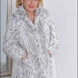 Lady Sonia in 'Lady Sonia' Fur coat mature (Thumbnail 2)