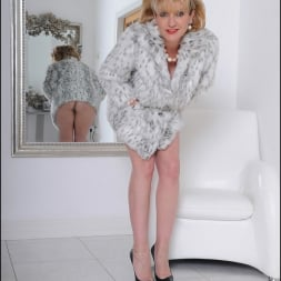 Lady Sonia in 'Lady Sonia' Fur coat mature (Thumbnail 3)