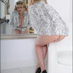 Lady Sonia in 'Lady Sonia' Fur coat mature (Thumbnail 6)
