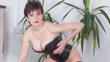 Lady Sonia - Leather corset milf