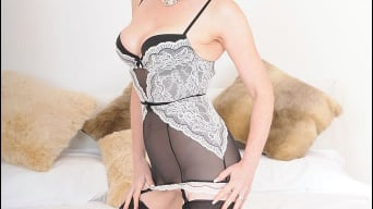 Red XXX in 'Lingerie mature'