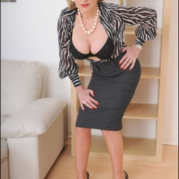 Lady Sonia in 'Lady Sonia' Mature secretary (Thumbnail 6)