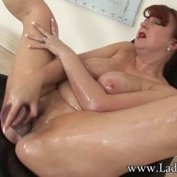 Red XXX in 'Lady Sonia' Oiled curvy mature (Thumbnail 10)