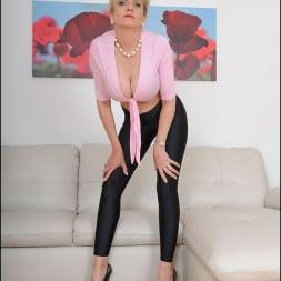 Lady Sonia in 'Lady Sonia' Shiny leggings milf (Thumbnail 6)
