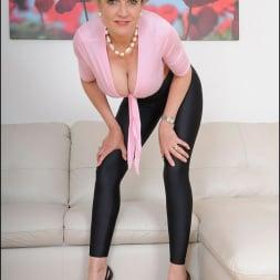 Lady Sonia in 'Lady Sonia' Shiny leggings milf (Thumbnail 7)