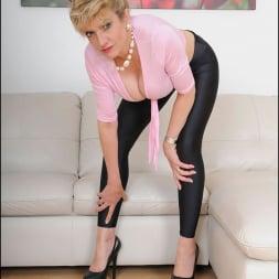 Lady Sonia in 'Lady Sonia' Shiny leggings milf (Thumbnail 8)