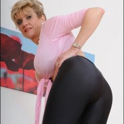 Lady Sonia in 'Lady Sonia' Shiny leggings milf (Thumbnail 12)