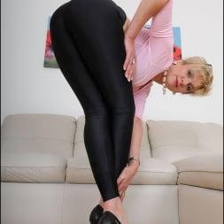 Lady Sonia in 'Lady Sonia' Shiny leggings milf (Thumbnail 13)