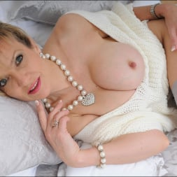 Lady Sonia in 'Lady Sonia' Stockings mature (Thumbnail 4)