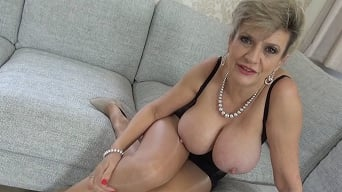 Lady Sonia in 'The Handpussy Wanker'