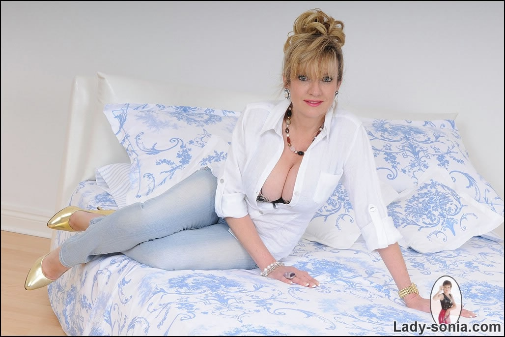 Lady Sonia 'Tight jeans mature' starring Lady Sonia (Photo 1)
