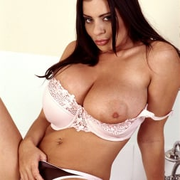 Linsey Dawn McKenzie in 'Linsey Dawn McKenzie' Bath and Breastfest (Thumbnail 5)