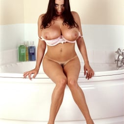Linsey Dawn McKenzie in 'Linsey Dawn McKenzie' Bath and Breastfest (Thumbnail 8)