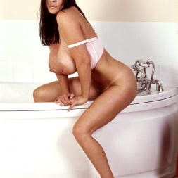 Linsey Dawn McKenzie in 'Linsey Dawn McKenzie' Bath and Breastfest (Thumbnail 12)
