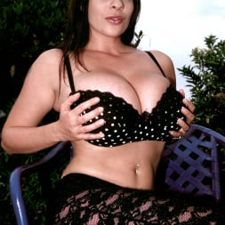 Linsey Dawn McKenzie in 'Linsey Dawn McKenzie' Lazing In The Grass (Thumbnail 2)