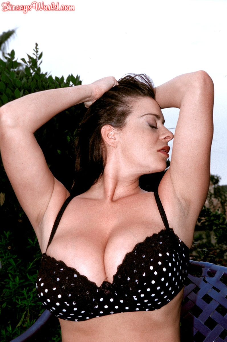 Linsey Dawn McKenzie 'Lazing In The Grass' starring Linsey Dawn McKenzie (Photo 3)