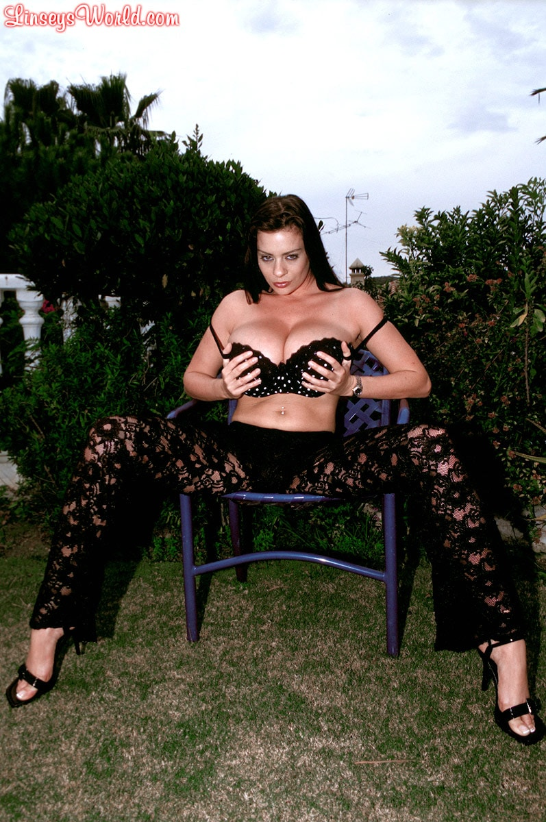 Linsey Dawn McKenzie 'Lazing In The Grass' starring Linsey Dawn McKenzie (Photo 4)