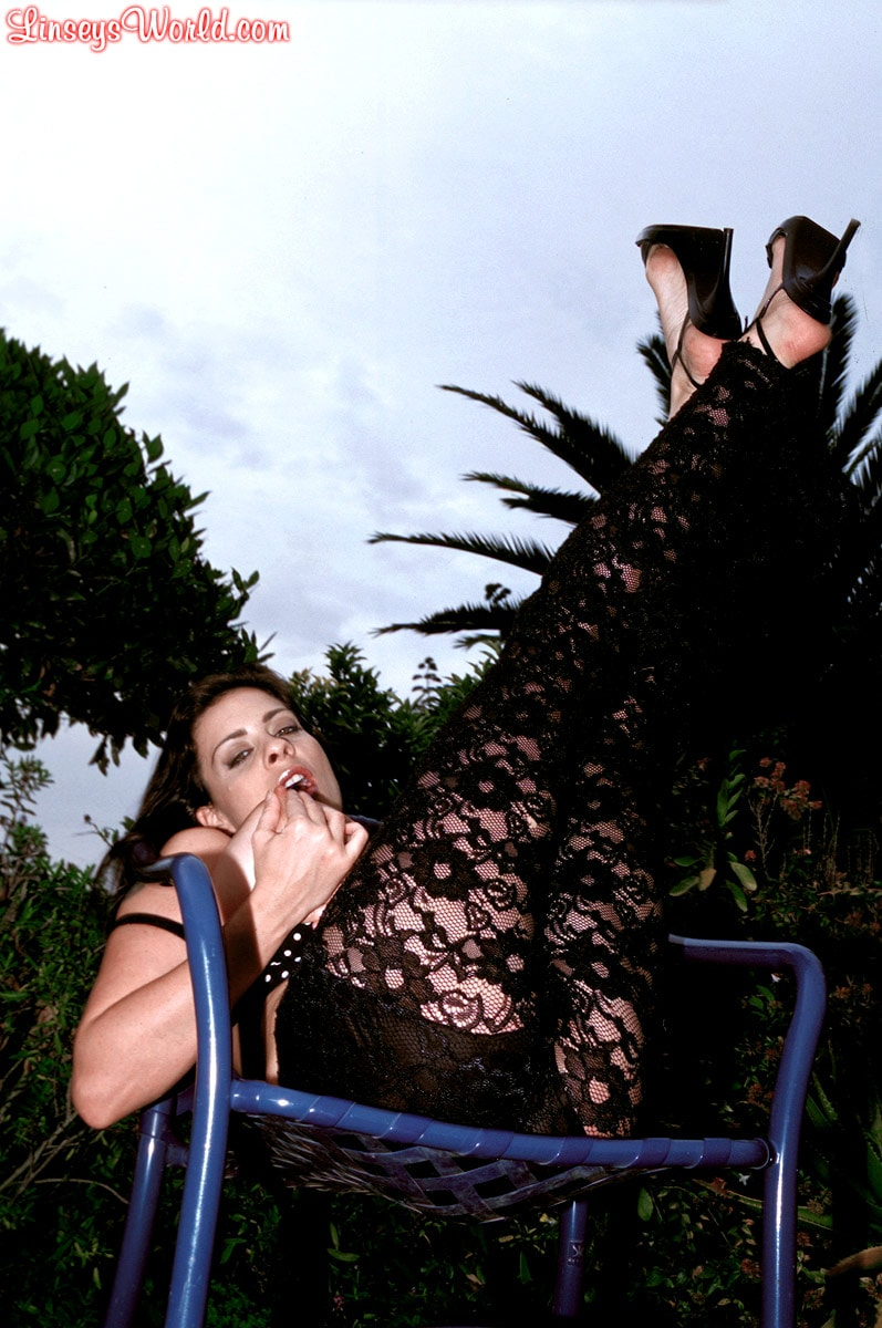 Linsey Dawn McKenzie 'Lazing In The Grass' starring Linsey Dawn McKenzie (Photo 7)