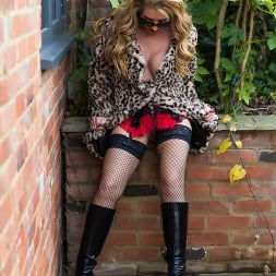 Lynda Leigh in 'Lynda Leigh' Outside Smoke (Thumbnail 7)