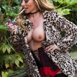 Lynda Leigh in 'Lynda Leigh' Outside Smoke (Thumbnail 10)