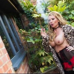 Lynda Leigh in 'Lynda Leigh' Outside Smoke (Thumbnail 14)